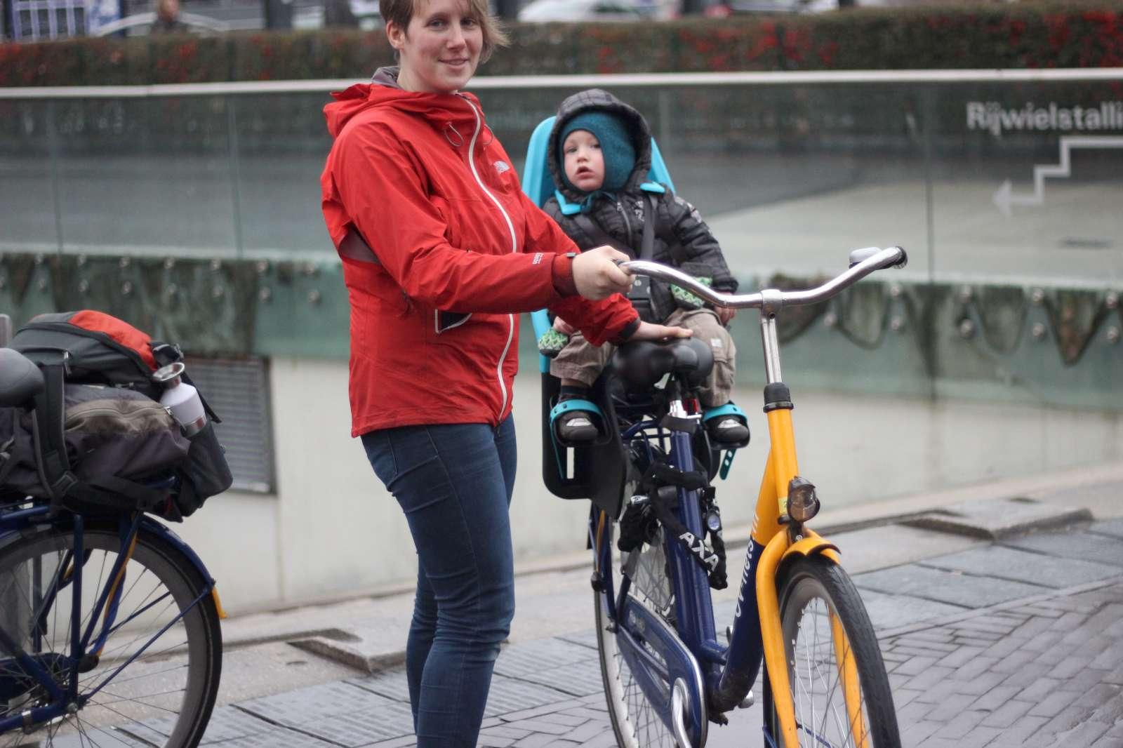 Met kinderen fietsen van en naar de trein